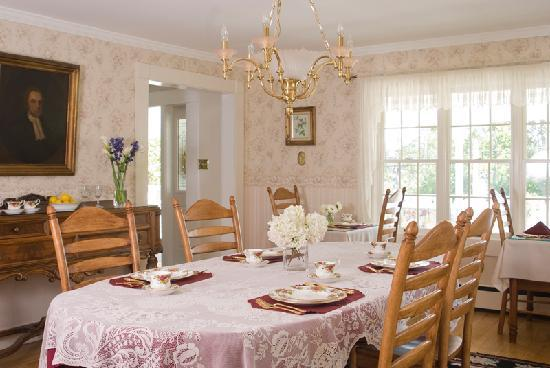 Schroon Lake Bed and Breakfast: Enjoy breakfast in our sunny dining room
