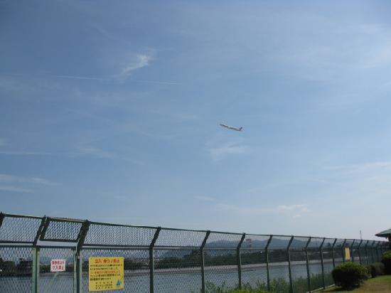 Zugaike Park: 伊丹空港から離陸した飛行機がやがて左に旋回します