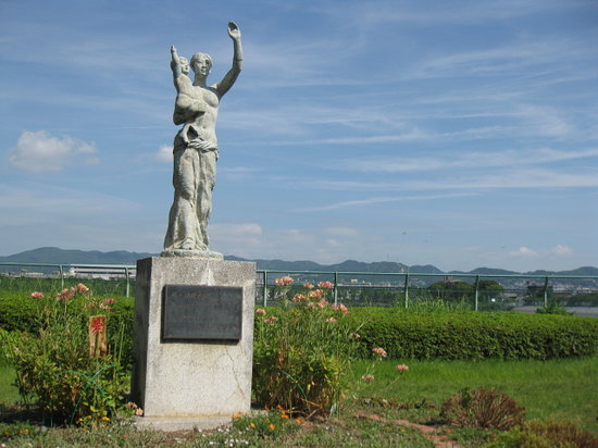 Zugaike Park: 公園の南側にある母子像