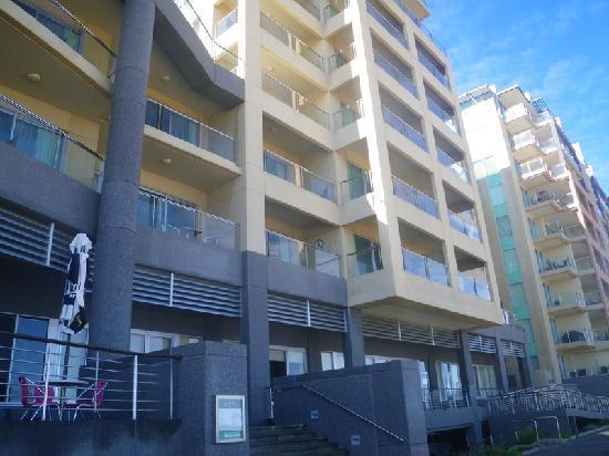 Glenelg: Oaks Plaza Pier Apartment Hotel:-bedroom ...