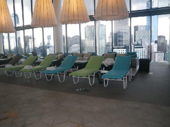 ‪‪Crown Metropol Melbourne‬: Melbourne: Crown Metropol:Swimming Pool deck chairs‬