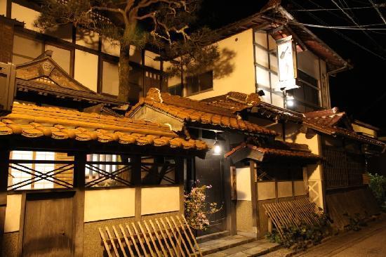 Norennoyado Meigetsu: Ryokan outside at night