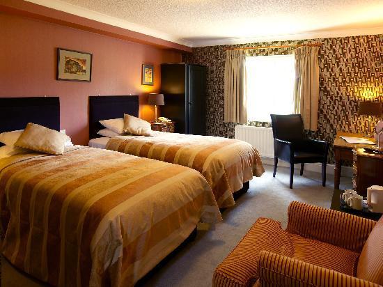 Charlton Kings Hotel: Twin bedroom