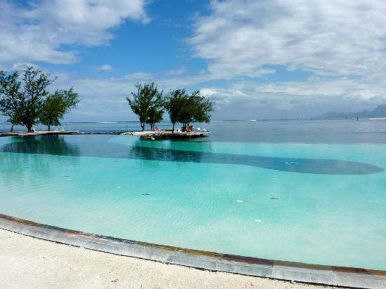 Punaauia, Polynésie française : The 'infinity' pool and view out to sea.