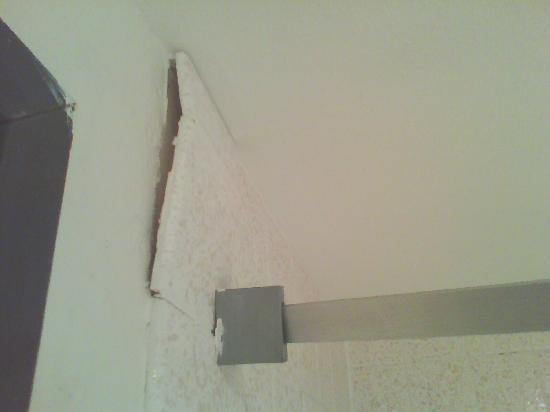 Days Inn Portage: Broken tile from curtain rod from opposite side