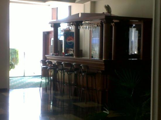 Colosseum : The hotel bar ... i never see any one set there