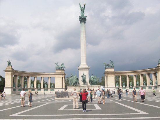 Free Budapest Tours & Multilingual Guides : Hero's square