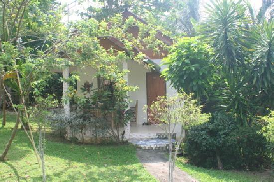 Koh Kwang Resort : View of bungalow & garden