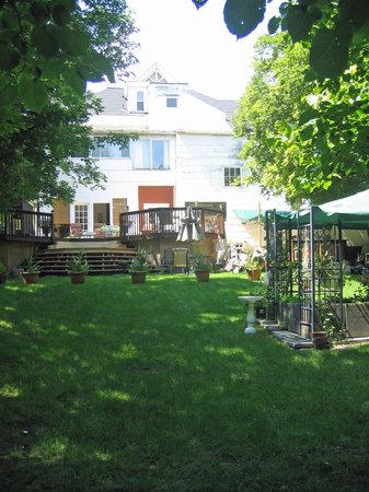 ذا كولومز: Beautiful and tranquil back yard.