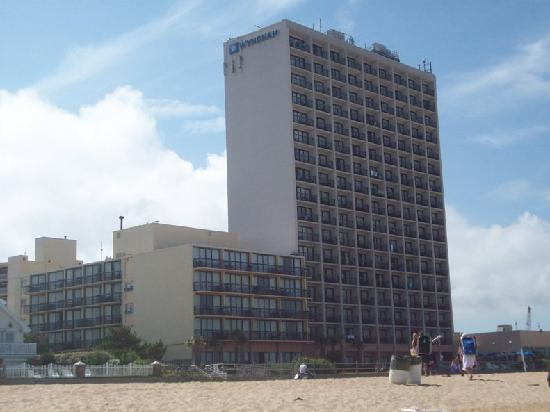 Wyndham Virginia Beach Oceanfront: Hotel from the beach