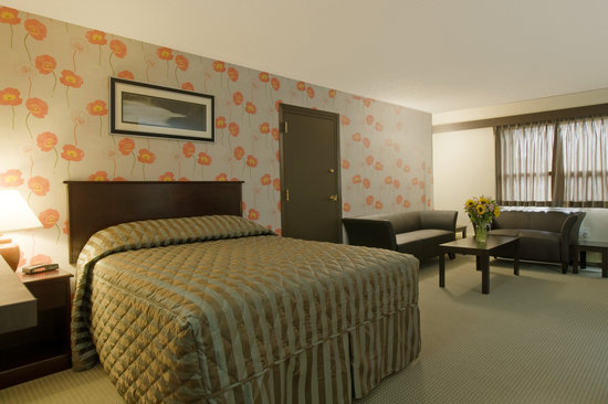 Econo Lodge Lloydminster: Spacious Queen Suite