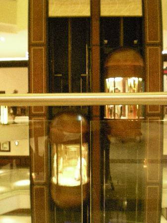 Stella Di Mare Beach Hotel & Spa: Lifts in the centre of the hotel