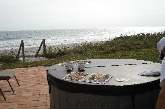 Oceanfront Cottages: Hot tub
