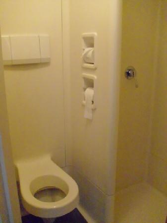 Ibis Budget Dresden Kesselsdorf: Toilette und Dusche absolut Billig und ecklig