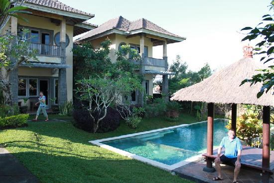 Bali Alke Villas: View from entrance across to villas