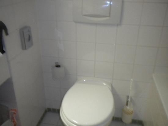 Highway Hotel: Sauberes und ordentliches Badezimmer