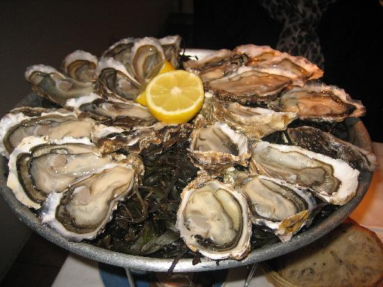 Huitrerie Regis : 3 different varities of fab large plummy oysters (Marenne d'Oleron)