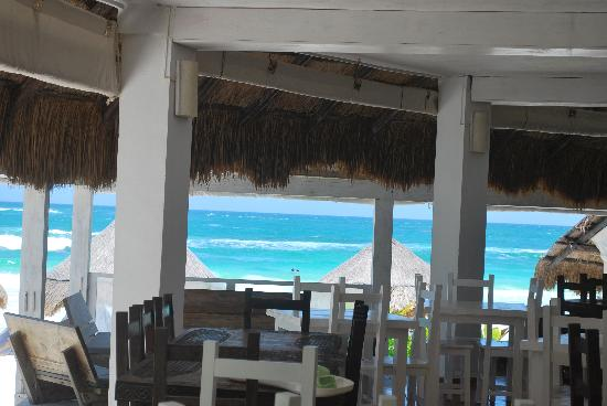 Posada Margherita: Restaurant at Posada with beach in front