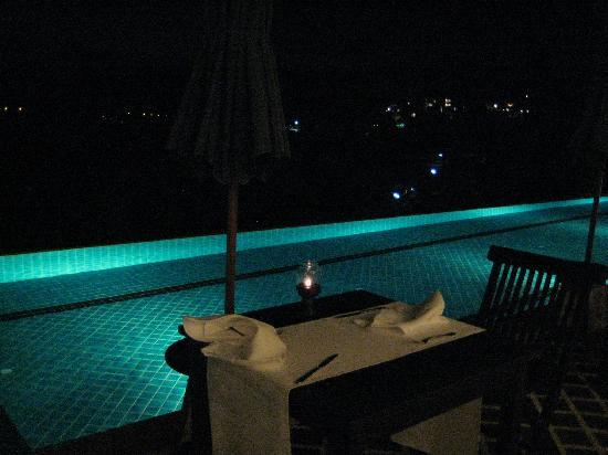 Aquamarine Resort & Villa: pool at night