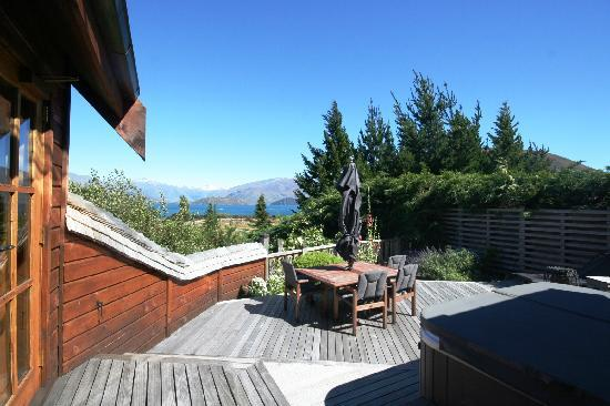 Wanaka Lakehouse: Deck and outdoor hot tub