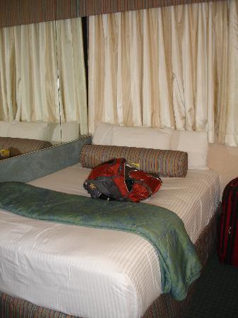 Aqua Aloha Surf Waikiki: bed pushed in the corner