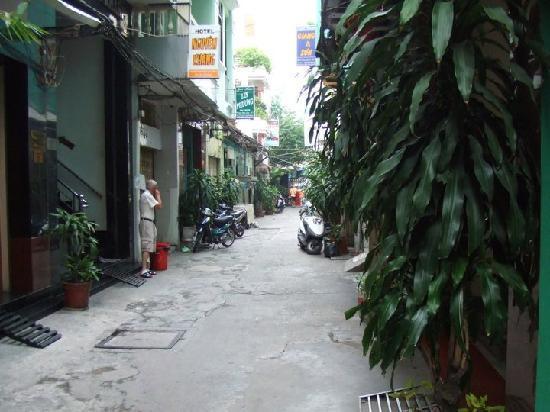 Bich Duyen Hotel : Laneway to Hotel