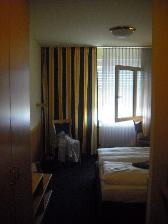 TRYP by Wyndham Luebeck Aquamarin: Small rooms