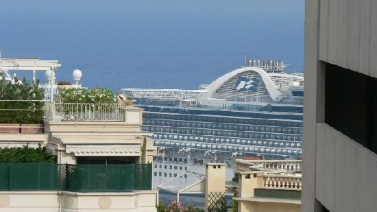 Hotel Capitole : View from the room at the sea, there's a cruise ship blocking the view