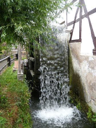Wilhelm-Busch-Muehle: Das Wasserrad an der Mühle