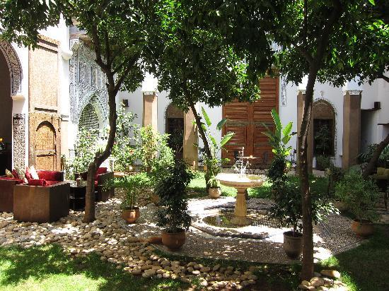 Riad Laaroussa Hotel and Spa : Amazing courtyard garden.