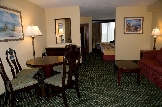 Holiday Inn Express Hotel & Suites South Portland: Living/dining room area