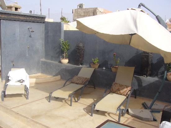 ‪‪Riad Alamir‬: Sun loungers on the roof terrace at Riad Alamir‬