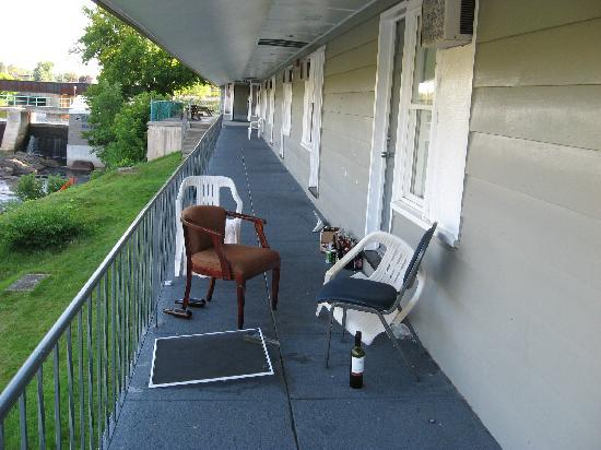 Old Mill Motel : Party left overs