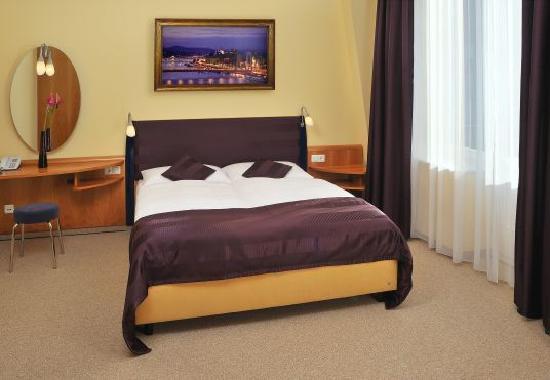 Regency Suites Hotel Budapest : Double bedroom