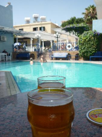 Nereus Hotel: Pool by the bar