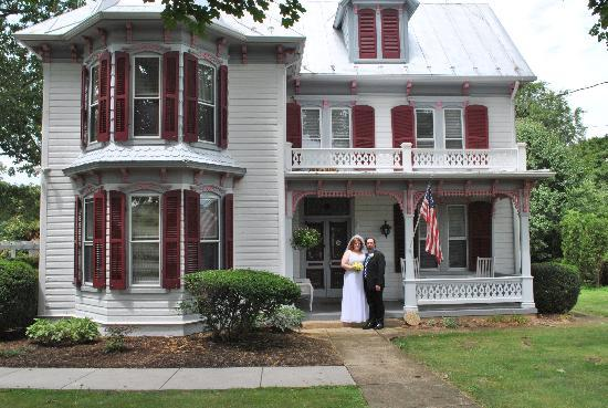 White Fence Bed & Breakfast: The newely weds on the front porch of the house