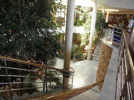 Hotel Apartamentos Princesa Playa: Scala verso la sala da pranzo