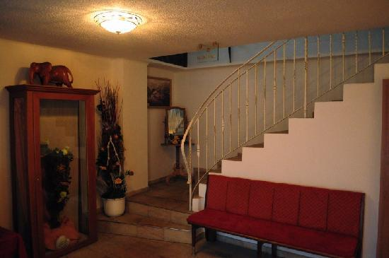 Hotel Glasererhaus: Entrance area, stairs lead to reception