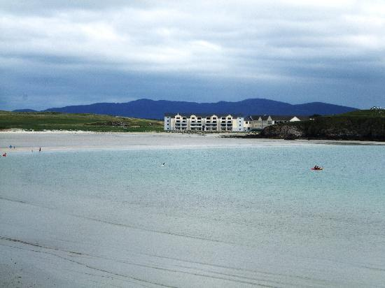 Rosapenna Hotel & Golf Resort: Rosapenna as viewed from across the bay
