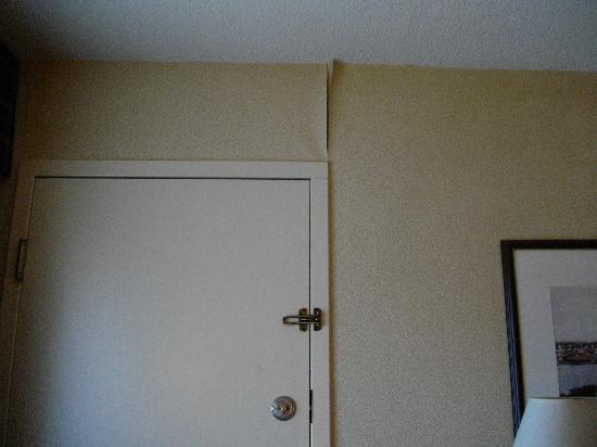 Clarion Inn: Peeling wallpaper in room.