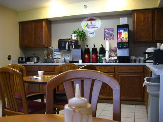 Baymont Inn & Suites Cedar Rapids: Breakfast room