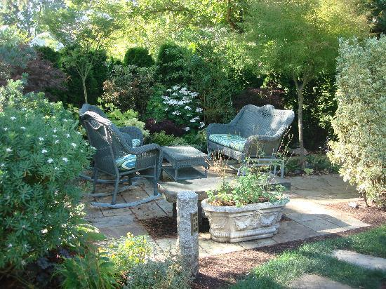 C'est La Vie Inn: A relaxing area in the garden