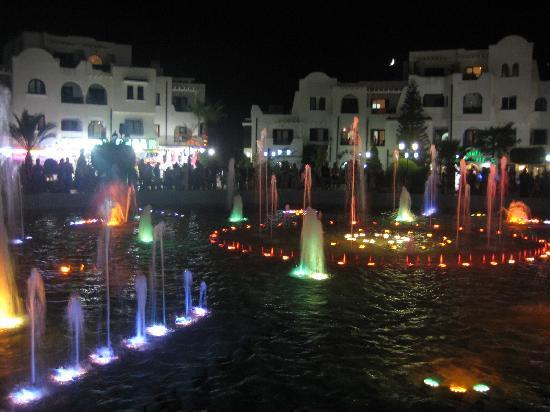 Hotel Kanta : water fountain in the main square