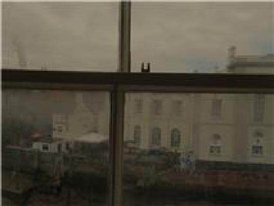 The White Hart Hotel, Eatery & Coffee House: Filthy window