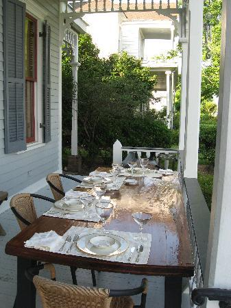 Bluff Top Bed and Breakfast: Breakfast Table