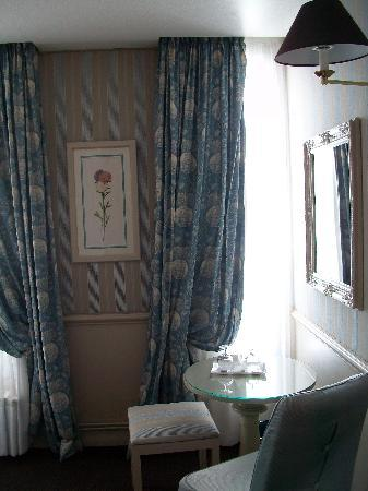 Hotel du Champ de Mars : Table in the room