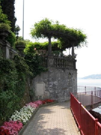 Hotel du Lac: Lovely promenade along the lake in Varenna.