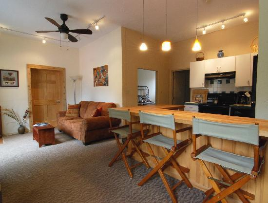 Trimble Hot Springs : The 2-bedroom Guesthouse sleeps 5, with fully equipped kitchen