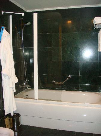 Victoria Hotel Center: Bathroom 1