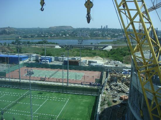 Victoria Hotel Center: View outside of my room - with crane